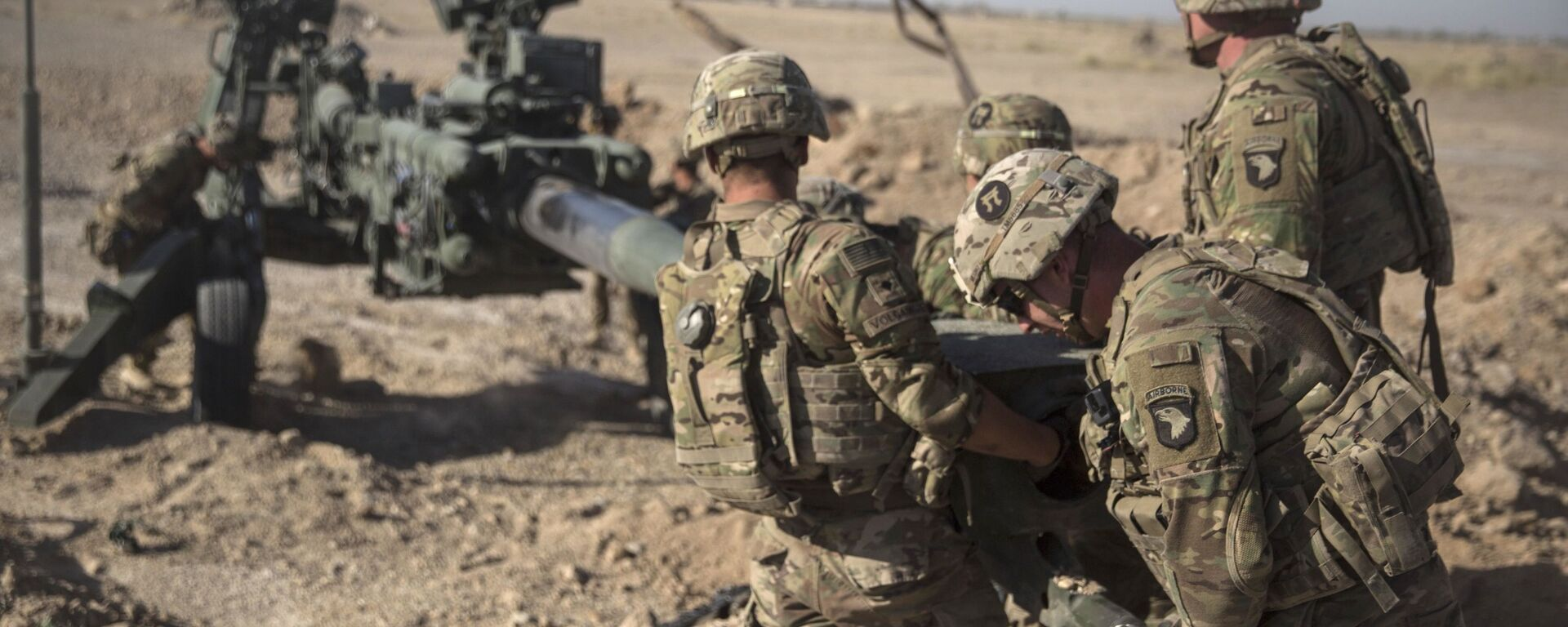 This June 10, 2017 photo provided by Operation Resolute Support, U.S. Soldiers with Task Force Iron maneuver an M-777 howitzer, so it can be towed into position at Bost Airfield, Afghanistan - Sputnik International, 1920, 10.09.2021