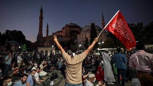 People outside the Hagia Sophia museum in Istanbul - Sputnik International
