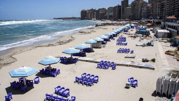 Deserted beach in Egypt's northern Mediterranean coastal city of Alexandria - Sputnik International