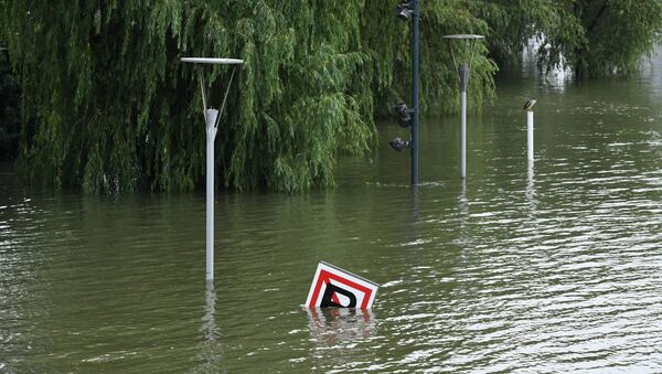 A sign is seen submerged in floodwaters on the bank of the Yangtze River in Nanjing in China's eastern Jiangsu province on July 12, 2020. - Various parts of China have been hit by continuous downpours since June, with the damage adding pressure to a domestic economy already hit by the coronavirus pandemic.  - Sputnik International
