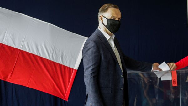 Polish President and presidential candidate Andrzej Duda and his wife Agata Kornhauser-Duda cast a ballot at a polling station during the second round of a presidential election in Krakow, Poland July 12, 2020. - Sputnik International