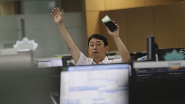 A currency trader gestures at the foreign exchange dealing room of the KEB Hana Bank headquarters in Seoul, South Korea, Thursday, July 9, 2020. - Sputnik International