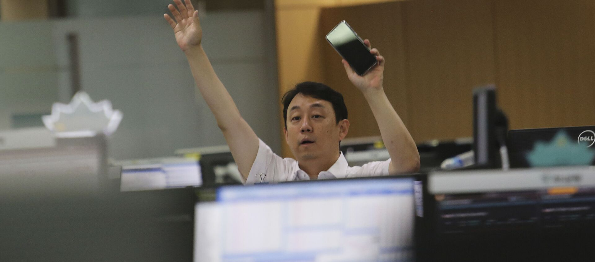A currency trader gestures at the foreign exchange dealing room of the KEB Hana Bank headquarters in Seoul, South Korea, Thursday, July 9, 2020. - Sputnik International, 1920, 07.09.2020