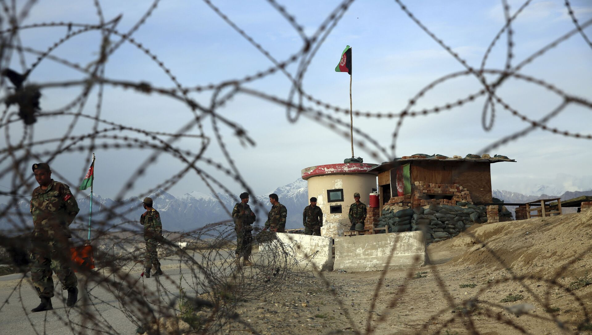 Afghan National Army soldiers stand guard at a checkpoint near the Bagram base in northern Kabul, Afghanistan, Wednesday, 8 April 2020 - Sputnik International, 1920, 04.08.2021