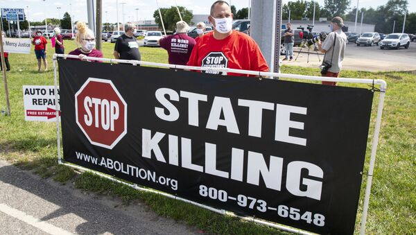Protesters against the death penalty gather in Terre Haute, Ind., Monday, July 13, 2020 - Sputnik International
