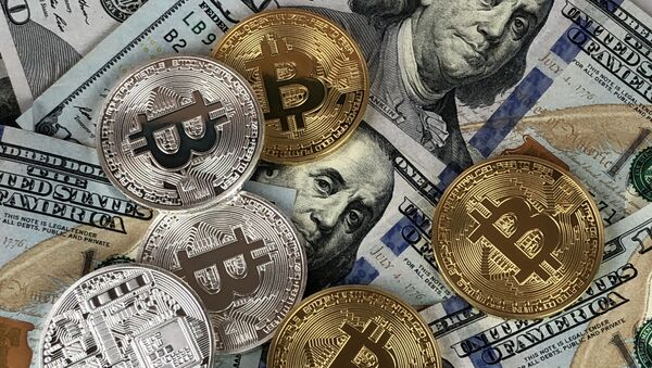 US $100 notes, physical Bitcoin, cryptocurrency - Sputnik International