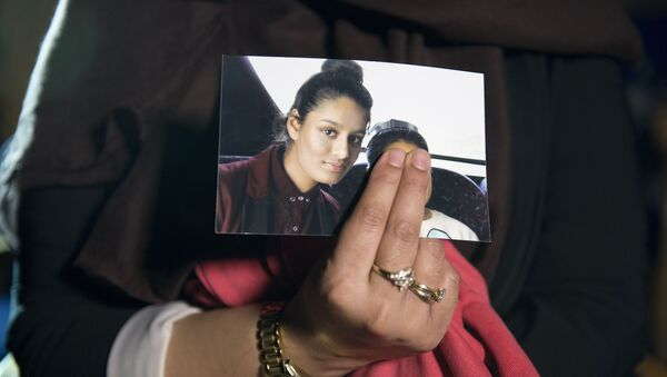 Renu, eldest sister of missing British girl Shamima Begum, holds a picture of her sister while being interviewed by the media in central London, on February 22, 2015 - Sputnik International