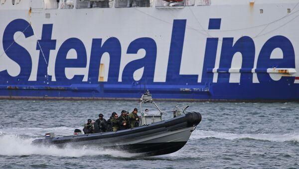 Dutch Police patrol boat passes a Stena Line ferry boat - Sputnik International