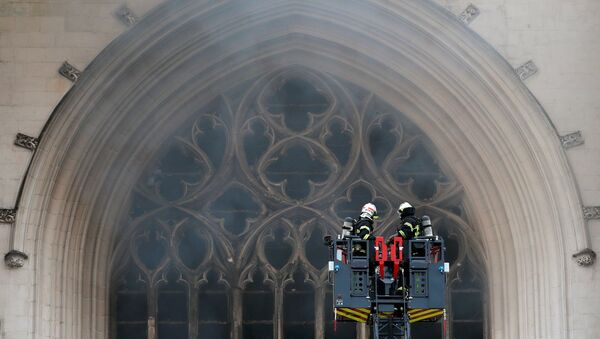 French firefighters battle a blaze at the Cathedral of Saint Pierre and Saint Paul in Nantes - Sputnik International
