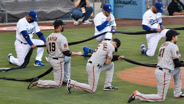 Los Angeles Dodgers manager Dave Roberts and first baseman Max Muncy and Mookie Betts along with San Francisco Giants manager Gabe Kapler and right fielder Mike Yastrzemski and second baseman Wilmer Flores take a knee during the national anthem before playing an opening day game at Dodger Stadium - Sputnik International