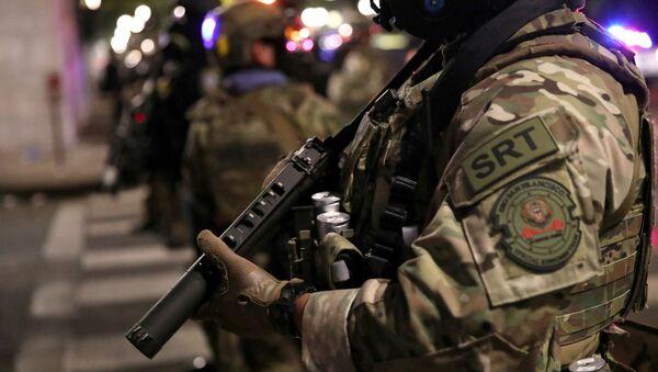 Federal Law Enforcement Officer Stands Guard in Portland - Sputnik International