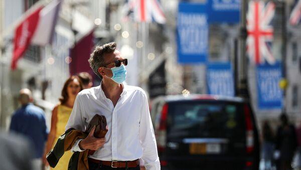 A shopper wears a face mask in Old Bond Street - Sputnik International