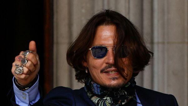 Actor Johnny Depp gestures as he arrives at the High Court in London, Britain July 24, 2020.  - Sputnik International