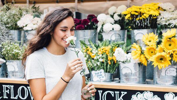 Woman smelling flower - Sputnik International
