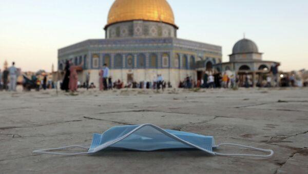Выброшенная защитная маска для лица на фоне мечети старом городе Иерусалима - Sputnik International