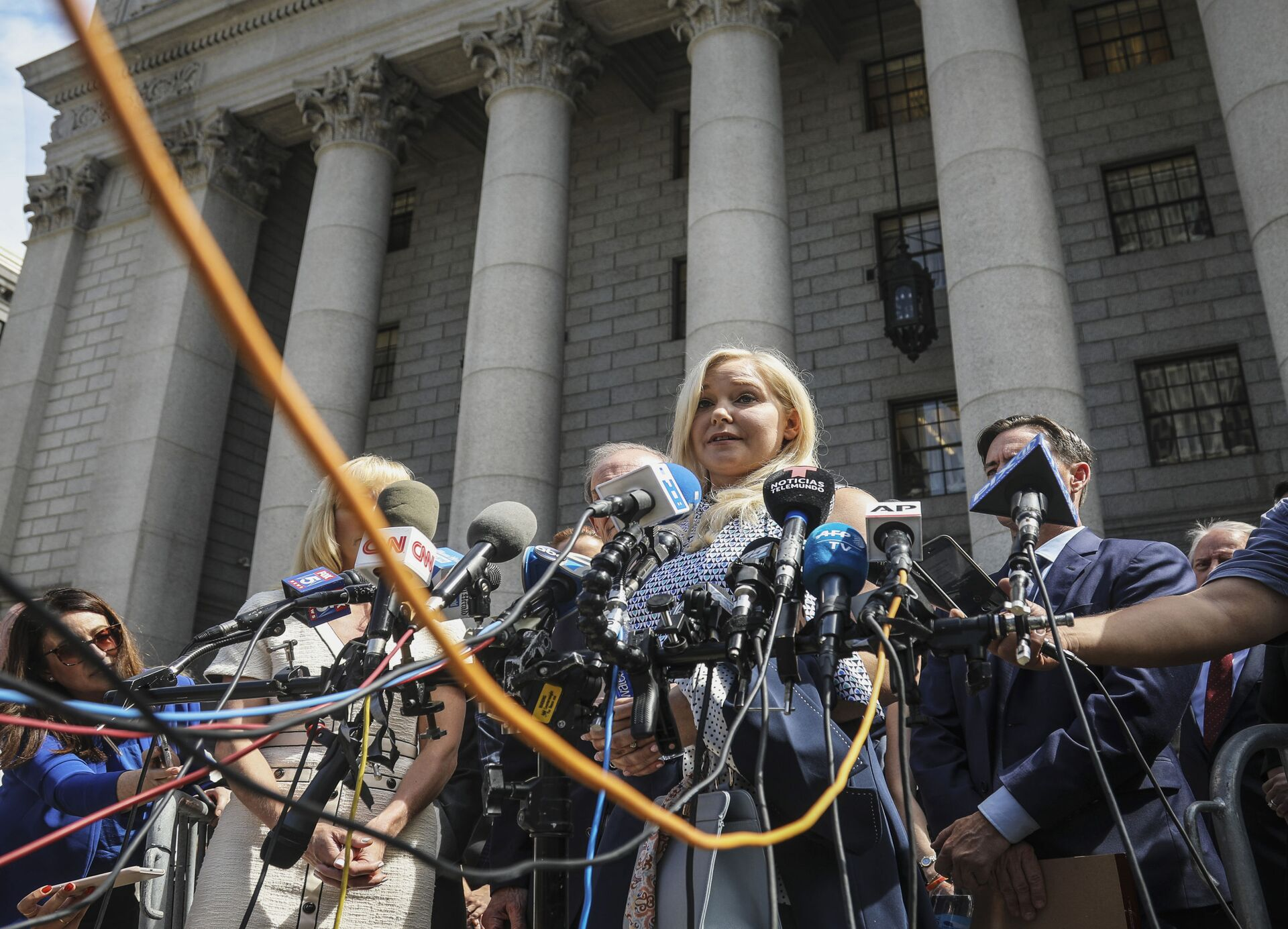 Virginia Roberts Giuffre, center, who says she was trafficked by sex offender Jeffrey Epstein, holds a news conference outside a Manhattan court - Sputnik International, 1920, 07.09.2021