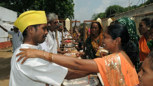 An Indian woman reacts as she greetsher brother an inmate at The Sabarmati Central Jail in Ahmedabad on August 24, 2010, on the occasion of Rakshabandhan - Sputnik International