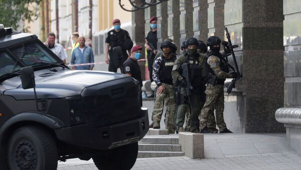 Members of a Ukrainian special forces unit are seen outside a building where an unidentified man reportedly threatens to blow up a bomb in a bank branch, in Kyiv, Ukraine August 3, 2020 - Sputnik International