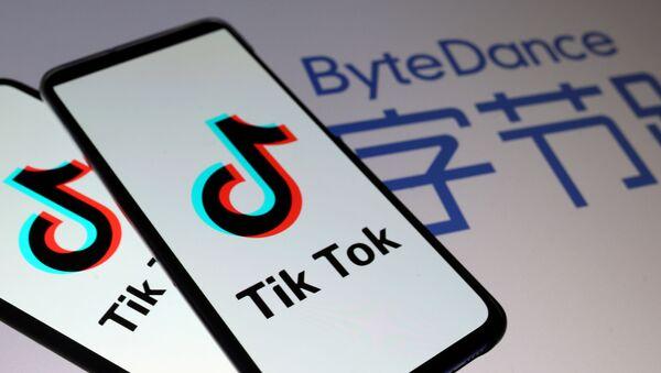 TikTok logos are seen on smartphones in front of a displayed ByteDance logo in this illustration taken November 27, 2019 - Sputnik International