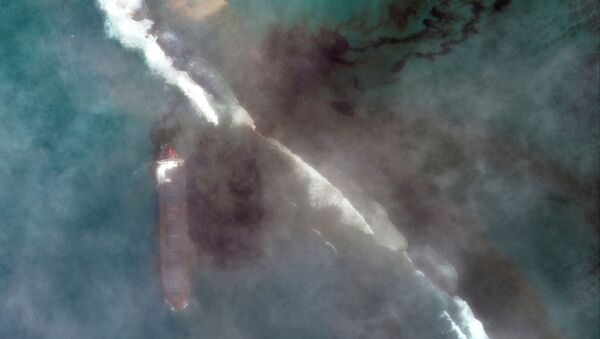 A satellite image shows the bulk carrier ship MV Wakashio and its oil spill after it ran aground off the southeast coast of Mauritius, August 7, 2020. - Sputnik International