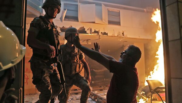 A Lebanese protester speaks to soldiers at the headquarters of the Lebanese association of banks in downtown Beirut on August 8, 2020, following a demonstration against a political leadership they blame for a monster explosion that killed more than 150 people and disfigured the capital Beirut. - Sputnik International