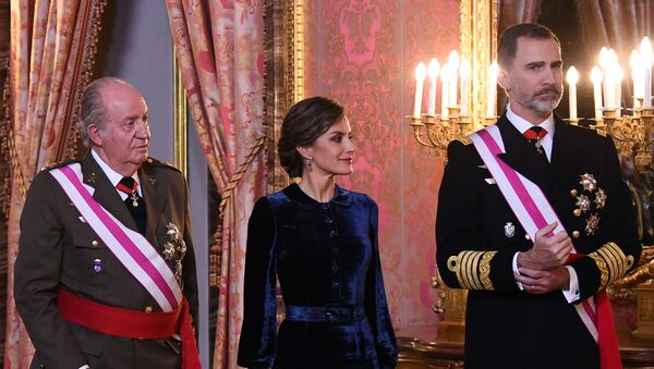 Waiting to welcome guests, with right to left, are Spain's King Felipe, his wife Queen Letizia and King Juan Carlos stand during the annual Epiphany Day celebration at the Royal Palace in Madrid, Spain, 6 January 2018 - Sputnik International