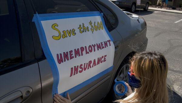 Francis Stallings tapes signs to her car before participating in a caravan rally down the Las Vegas Strip in support of extending the $600 unemployment benefit, August 6, 2020 in Las Vegas, Nevada. - Sputnik International
