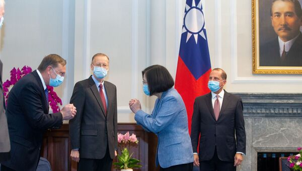 Taiwan President Tsai Ing-wen wearing a face mask meets U.S. delegation led by U.S. Secretary of Health and Human Services Alex Azar (R) at the presidential office, in Taipei, Taiwan August 10, 2020. - Sputnik International