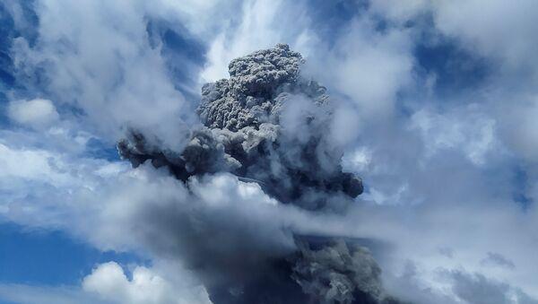 Mount Sinabung spews volcanic ash in Karo, North Sumatra province, Indonesia, August 10, 2020 in this photo taken by Antara Foto. - Sputnik International