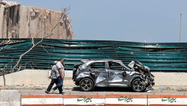 Men walk near the site of Tuesday's blast in Beirut's port area, Lebanon August 8, 2020. REUTERS/Thaier Al-Sudani - Sputnik International