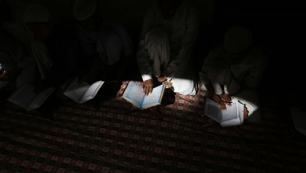 Indian Muslims  read the holy Quran at a mosque in Allahabad, Uttar Pradesh state, India, Tuesday, March 28, 2017 - Sputnik International