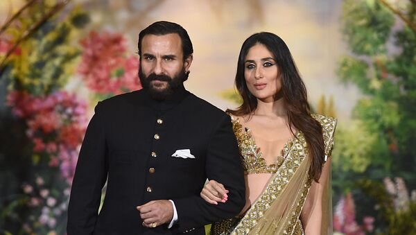 Indian Bollywood actors Saif Ali Khan and wife Kareena Kapoor Khan pose for a picture during the wedding reception of actress Sonam Kapoor and businessman Anand Ahuja in Mumbai late on May 8, 2018 - Sputnik International