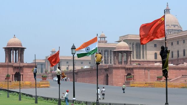 Indian workers tie Indian and Chinese national flags onto poles in front of The Indian Secretariat in New Delhi (File) - Sputnik International