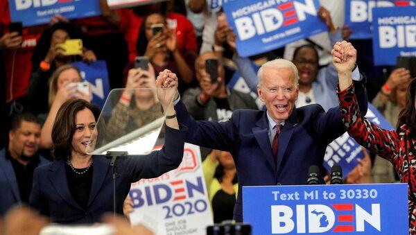 Democratic U.S. presidential candidate and former Vice President Joe Biden and U.S. Senator Kamala Harris hold hands during a campaign stop in Detroit, Michigan, U.S., March 9, 2020 - Sputnik International
