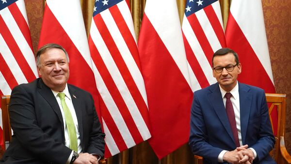 US Secretary of State Mike Pompeo (L) and Polish Prime Minister Mateusz Morawiecki pose for medias prior a meeting at the Chancellery in Warsaw, Poland, on August 15, 2020. - Sputnik International