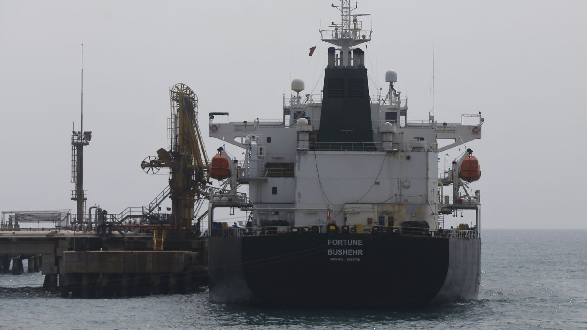 Iranian oil tanker Fortune is anchored at the dock of the El Palito refinery near Puerto Cabello, Venezuela, Monday, May 25, 2020 - Sputnik International, 1920, 13.08.2021