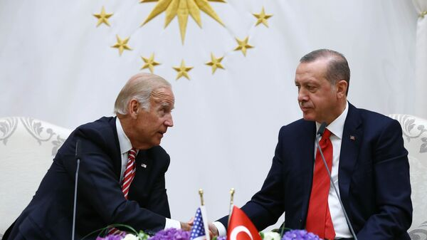U. S. Vice President Joe Biden, left, and Turkish President Recep Tayyip Erdogan shake hands after a meeting in Ankara, Turkey, Wednesday, Aug. 24, 2016. - Sputnik International