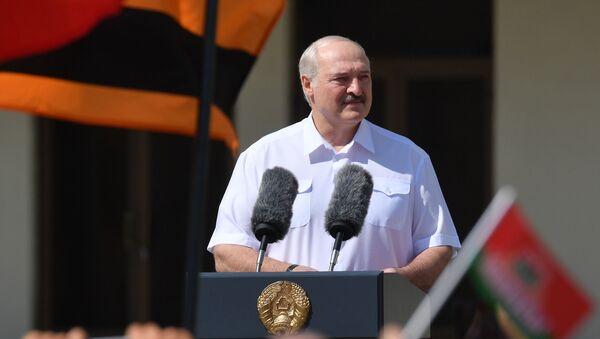 Alexander Lukashenko addresses a rally of supporters in Independece Square in Minsk, Belarus, on Sunday, August 16 - Sputnik International