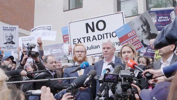 Press scrum with WikiLeaks team outside Westminster Mags - Sputnik International