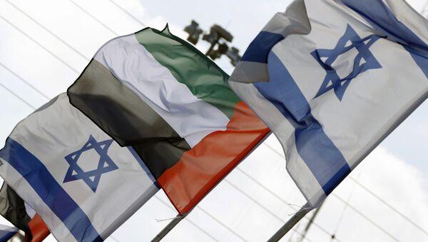 Israeli and United Arab Emirates flags line a road in the Israeli coastal city of Netanya, on August 16, 2020. - Sputnik International