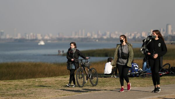 People enjoy the day at the shore of the Rio de la Plata river, amid the coronavirus disease (COVID-19), in Buenos Aires, Argentina August 12, 2020. - Sputnik International