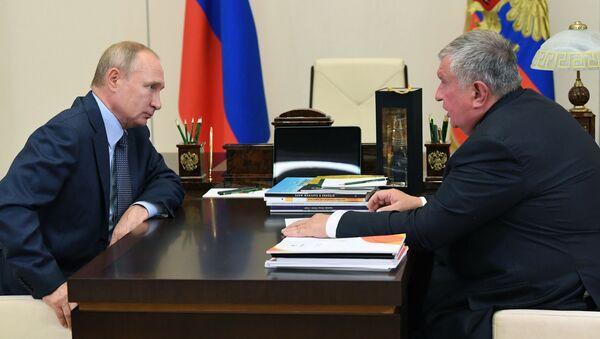 Working meeting of President of the Russian Federation Vladimir Putin with the head of Rosneft company Igor Sechin - Sputnik International