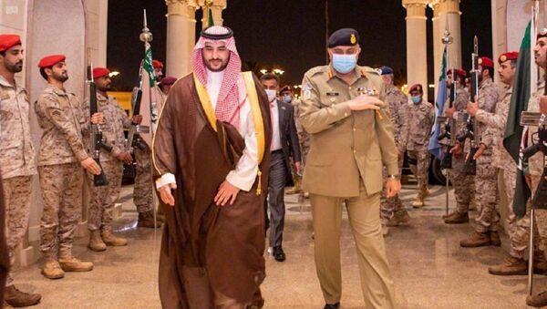 Pakistan's Army Chief of Staff General Qamar Javed Bajwa is welcomed by Saudi Arabia's Deputy Defense Minister Prince Khalid bin Salman, in Riyadh, Saudi Arabia August 17, 2020 - Sputnik International
