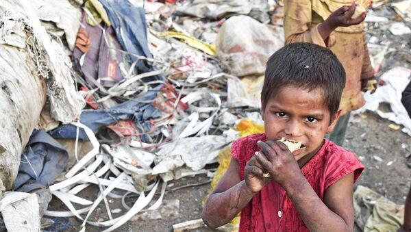 a boy eating - Sputnik International