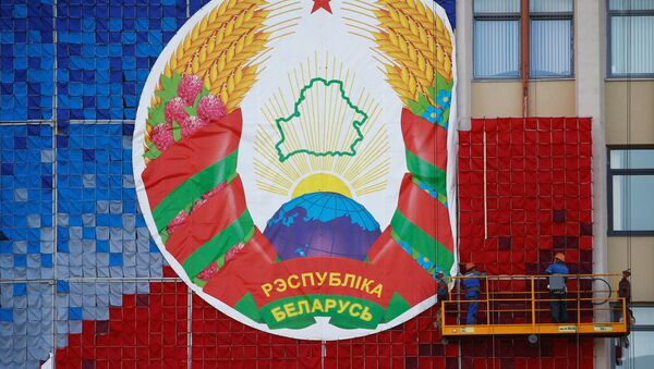 Workers mount a huge banner with the national emblem of Belarus on a facade of the Maxim Tank Belarusian State Pedagogical University at the Independence Square in Minsk, Belarus August 24, 2020 - Sputnik International