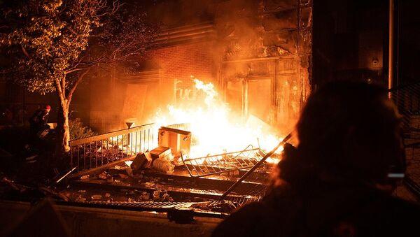 Protesters overtaking and burning the Minneapolis Police's 3rd Precinct - Sputnik International