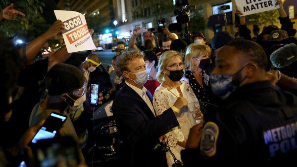 Protesters confront U.S. Senator Rand Paul (R-KY) during a protest in Washington, U.S. August 28, 2020 - Sputnik International