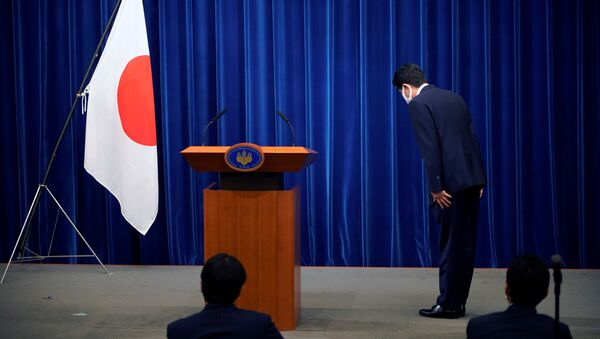 Japanese Prime Minister Shinzo Abe bows to the national flag at the start of a news conference at the prime minister's official residence in Tokyo, Japan, August 28, 2020 - Sputnik International
