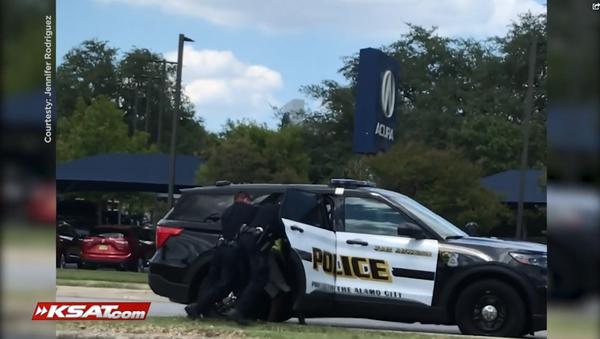KSAT video from Jennifer Rodriguez showing the arrest of a Black men who cops mistook for an assault suspect - Sputnik International