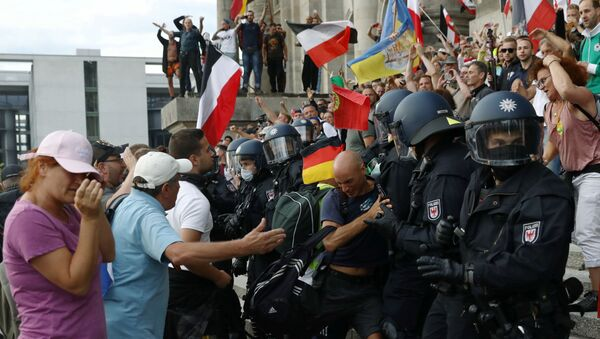 Police officers scuffle with a protester in front of the Reichstag Building - Sputnik International